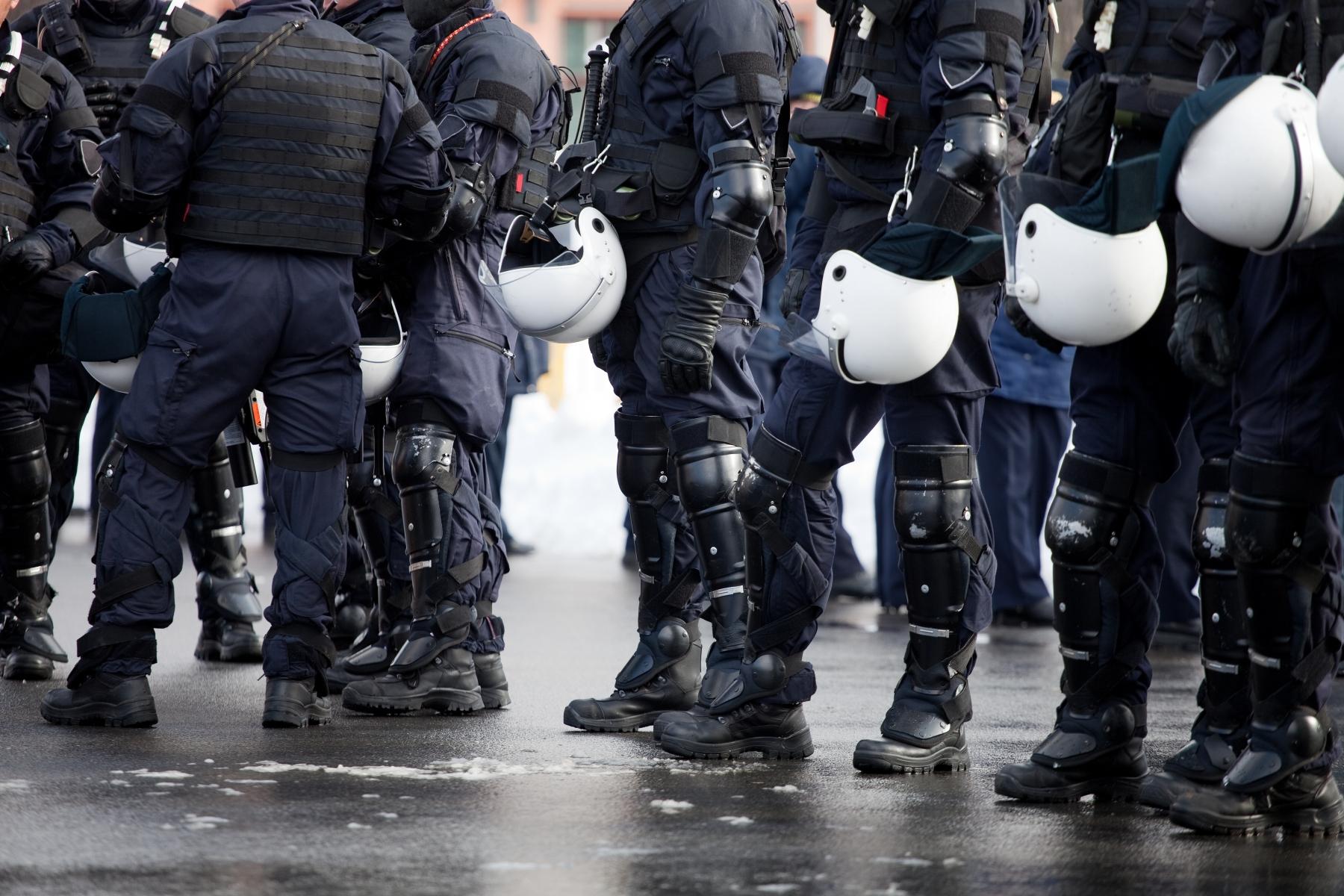 1061151-riot-police